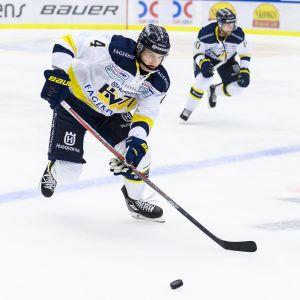 Max Wärn i farten för HV71.