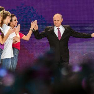 Rysslands president möttes av entusiastiska volontärarbetare då han höll sitt tal vid deras möte i Moskva på lördagen.
