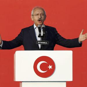Oppositionsledaren Kemal Kilicdaroglu anklagar presidenten och regeringen för att ha känt till kupplanerna i förväg