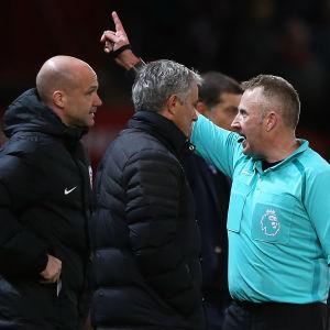 Jose Mourinho blir uppvisad på läktaren.