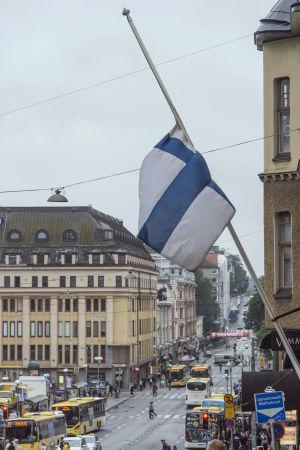 En finländsk flagga vajar på halvstång nära Salutroget i Åbo på lördagen den 19 augusti 2017.