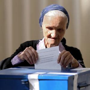 Över 99 procent av de bosniska serberna röstade för den 9 januari som nationaldag. Grundlagsdomstolen anser att omröstningen var olaglig