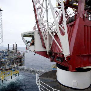 En arbetare i en lyftkran vid olje- och gasfältet Sleipner i Nordsjön i maj 2008.