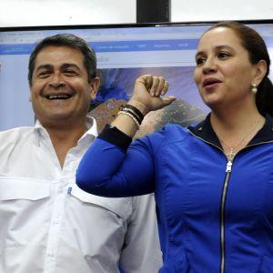 President Juan Orlando Hernandez so firar sin valseger med sin fru Ana Garcia de Hernandez har förklarats som segrare i det omstridda valet i Honduras