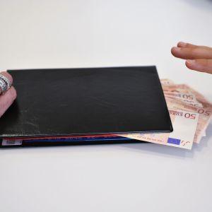 Plånbok med pengar.