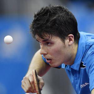 Benedek Olah håller blicken på bollen.
