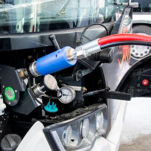 En buss tankas med biogas