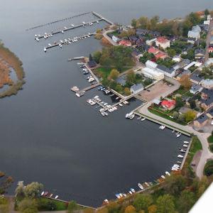 En flygbild över Södra viken i Ekenäs.