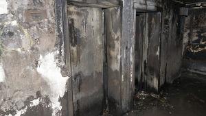 Utbrända hissdörrar inne i Grenfell Tower.