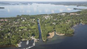Ilmakuva kanavasta joka halkoo kapean kannaksen ja yhdistää kaksi järveä.