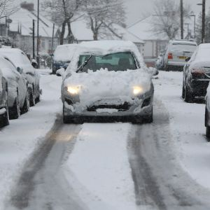 Bil som är täckt av snö i London.