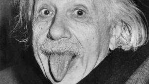 Albert Einstein näyttää kieltä