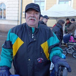 Raimo Tammela vill ha fler små närbutiker, för de stora handelskedjorna tänker bara på pengar.