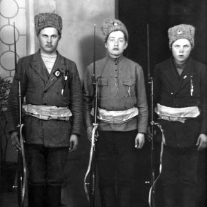 Kolme nuorta punakaartilaista Venäjän armeijan talvilakkeineen, 1918