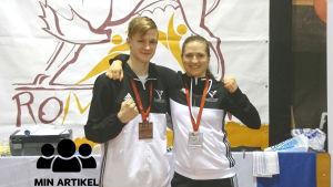 Rufus Kesti och Sofia Manz är glada över sina medaljer.