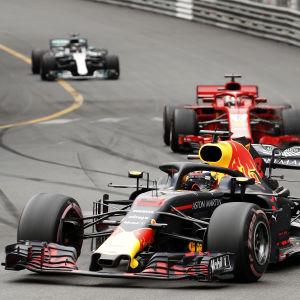 Daniel Ricciardo före Sebastian Vettel i Monaco