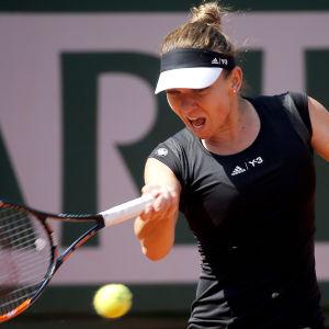 Simona Halep slår en boll i franska öppna 2015.