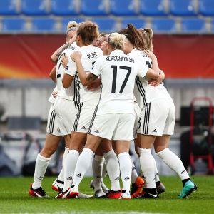 Tysklands damer firar ett mål vid EM-slutspelet 2017.