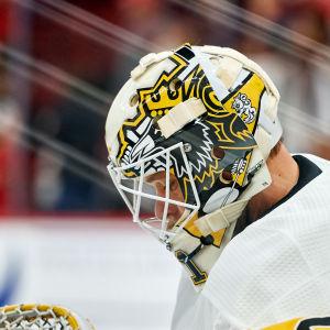 Finske NHL-målvakten Antti Niemi hänger med huvudet.