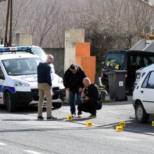 Polis samlar bevis i Trebes.