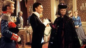 Helmut Berger (toinen vasemmalta) ja Romy Schneider elokuvassa Ludwig II