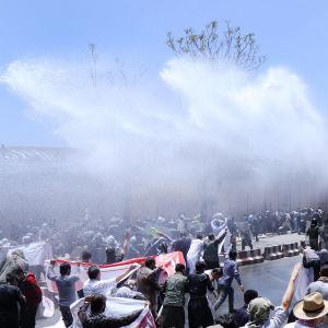 Terrordådet förra veckan har utlöst våldsamma protester mot regeringen och minst fyra demonstranter har dödats i sammandrabbningar med kravallpolis