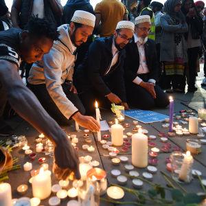 Personer tänder ljud för offren i Manchesterdådet.