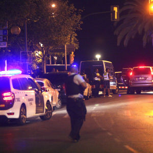 Polis bevakar en gata i Cambils i Spanien.