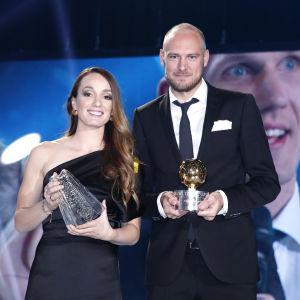 Kosovare Asllani och Andreas Granqvist visar upp sina troféer på fotbollsgalan.