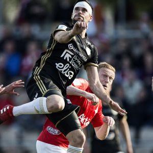 SJK:s Marcos Vales Gonzales och HIFK:s Mikael Forssell kämpar om en boll.