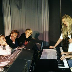 Arja Koriseva, Paula Koivuniemi ja Katri Helena katsovat kun Marjorie ja Olli Ahvenlahti harjoittelevat vuoden 1993 euroviisukarsintoja varten