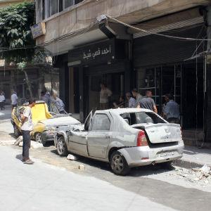 Även regeringskontrollerade västra Aleppo har utsatts för raket- och granatattacker, trots att det humanitära läget inte är så svårt som i de östra delarna av staden