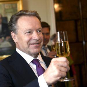 Ilkka Kanerva skålar för att han slår rekord som långvarig riksdagsman
