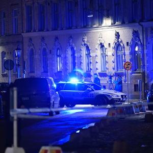 Polisen på plats efter attacken mot Göteborgs synagoga i december 2017