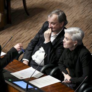 Samlingspartiets Elina Lepomäki, Harry Harkimo och Susanna Koski under riksdagens diskussion om social- och hälsovårdsreformen.