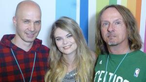 Marko Maunuksela, Erika Wikman ja Juha-Pekka Sillanpää Radio Suomen värien edessä.