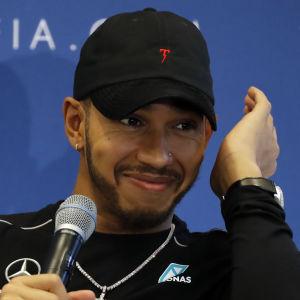 Lewis Hamilton svarar på frågor under en presskonferens.