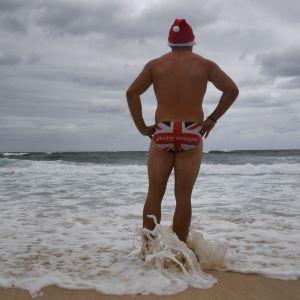 Man i tomteluva på Bondi Beach i Sydney.