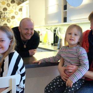 Familjen Enlund köpte hus i Larsmo. Här sitter de i sitt kök.