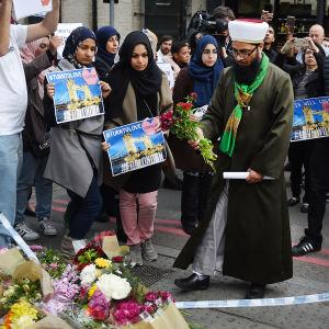 Muslimer i London lade ner blommor nära attentatsplatsen i Borough Market på lördagen.