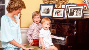Britannian prinssit puhuvat avoimesti prinsessa Dianasta uudessa dokumenttielokuvassa.