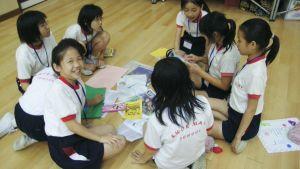 En grupp barn i Kina gör uppgifter på skolgolvet.