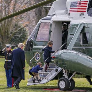 Donald Trump än en gång på väg till Florida, denna gång med sina barnbarn Joseph och Arabella Kushner