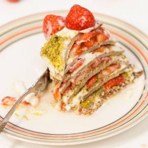 Plättkaka med jordgubbar, pistager och sirap