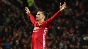 Zlatan Ibrahimovic tar emot publikens hyllningar på Old Trafford.