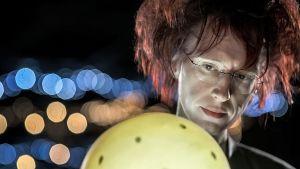 Kosmologi Syksy Räsänen katsoo edessään olevaa kirkasta keltaista palloa.