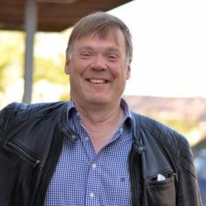 Björn Siggberg står med handen lutad mot en vägg.