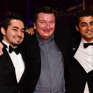 Aki Kaurismäki, Sherwan Haji (till vänster) och Simon Hussein Al-Bazoon (till höger) vid filmfestivalen i Berlin den 18 februari 2017.