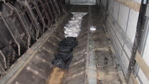 Drogerna smugglades i långtradsläpets golv
