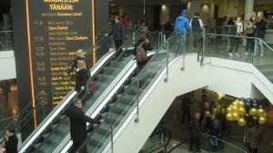 man åker upp för rulltrappa i Guldhuset i Åbo.